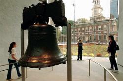 フィラデルフィアの「自由の鐘」と独立記念館(© AP Images/Jessica Griffin)