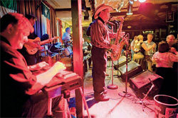 オースチンのジョビタズ・レストランで演奏するコーネル・ハード・バンド(© Will van Overbeek/National Geographic Stock)