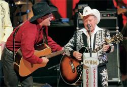 ナッシュビルのグランド・オール・オープ リーに出演中のガス・ブルックスとリトル・ジミー・ディケンズ(© AP Images/John Russell)