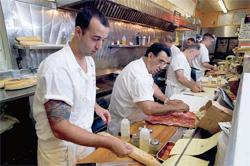 ニュージャージー州アトランティックシティーのサンドイッチショップ「ホワイトハウス」で、イタリアンミートとチーズのサンドイッチを作る店員たち(Courtesy of the Atlantic City Convention & Visitors Bureau)