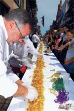 ニューオーリンズのストリートフェスティバルで、世界一長いオイスターポーボーイを作る人々(Frank Stansbury/oysterjubilee.com)