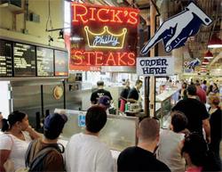 ランチタイムに、フィラデルフィア・チーズステーキを求める人々の列 (© AP Images/Matt Rourke)