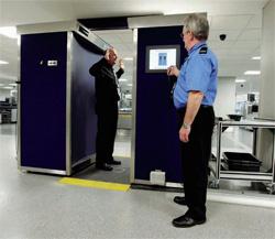 英国の空港では、乗客はこのようなボディースキャナーを通って検査を受ける(© AP Images/Jon Super)