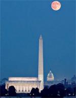 ワシントンD.C.上空の満月に照らされたリンカーン記念堂(手前)、ワシントン記念塔(中央)、米国議会議事堂(後方)(© AP Images/J. Scott Applewhite)