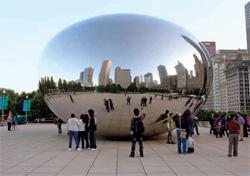 シカゴの巨大彫像「クラウドゲート」(© George Rose/Getty Images)