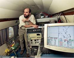 連邦政府諸機関は、事業を立案すると同時に情報収集を行う。このエネルギー省の科学者は、航空機を利用してニューイングランドの大気汚染に関する情報を収集している