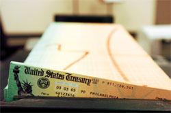 「ソーシャル・セキュリティー(社会保障)」として知られる老齢年金は、連邦政府によって数百万人に支給されている。上は、ペンシルベニア州フィラデルフィアの財務省財務管理施設で印刷が終わり、郵送されるのを待つ小切手