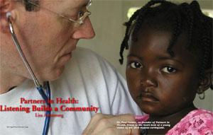 2010年ハイチ地震で被災した子どもの心拍を聞くポール・ファーマー医師。「パートナーズ・イン・ヘルス」の共同設立者である。(©AP Images/PRNews Foto/Austin College)