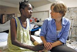 2010年ハイチ地震で被災した女性の話に耳を傾ける、PIHの共同設立者オフィーリア・ダール。現地の人の悩みを聞くことが、PIHの成功のカギである (©Ron Haviv/VII/Corbis)