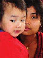 ビルマでの民族紛争から子どもを連れて逃れてきた若い母親。シアトルでのより平和な将来に思いをめぐらす(photograph by Jonathan Dodds)