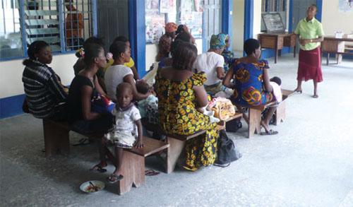 ナイジェリアでは、IBMのボランティアから学んだコンピューター技能を生かして、健康教育をより効果的に行うことが可能になった。写真は、ナイジェリアのクロスリバー州で開かれた健康教育ワークショップで、講師の話に熱心に耳を傾ける受講者。ただし、後列の子どもは別 (courtesy of Mathian Osicki & Lisa Lanspery, IBM Corporate Communications)