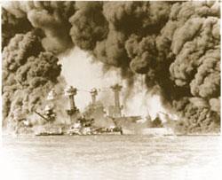 1941年12月7日、真珠湾で日本軍の攻撃を受ける米国戦艦ウェストバージニアとテネシー (The National Archives)