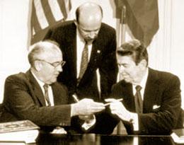 中距離核戦力(INF)全廃条約の調印を終えたロナルド・レーガン大統領とミハエル・ゴルバチョフ ソビエト連邦大統領 1987年12月 (Dirck Halstead/Time Life Pictures/Getty Images)