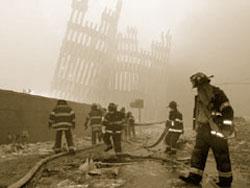 ニューヨークとワシントンDCを襲った2001年9月11日のテロ攻撃の後で、世界貿易センター・ツインタワーの残がいの中で救助・捜索活動に当たる消防士たち。 (AP/WWP)