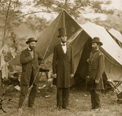 1862年10月、アンティータムの戦いのあとに、北軍の野営地を訪れたエイブラハム・リンカーン大統領(中央) (Library of Congress)