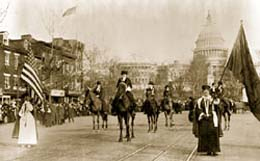 1913年3月3日、ワシントンDCのペンシルベニア・アベニューを行進する女性参政権支持者たち (Library of Congress)