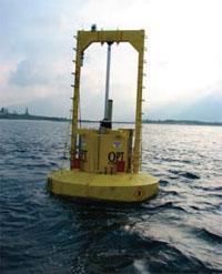 ハワイの沖合約1.6kmの海上に係留されたオーシャンパワー・テクノロジー社のパワーブイ。従来のブイと変わらないように見えるが、高さ約0.9~6.7mの波に浮き沈みしながら、水圧ポンプを作動させることによって、搭載している発電機を通じて波の動きを電力に変換する。電力は海底ケーブルを通って陸地に送られる (Courtesy Ocean Power Technologies Inc.)