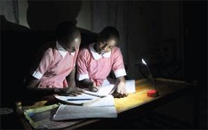 「アフリカに光を」プロジェクトは、2008年にはアフリカの小売店の棚に10種類しかなかった製品を、50社が製造する70種類を上回る数に増やし、50ドルを超えていた良質な製品の価格を25~50ドルまで下げるのに一役買った (Courtesy Lighting Africa)