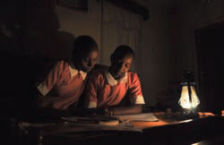 「アフリカに光を」プロジェクトは、より良い照明製品の市場を創出し、灯油燃料への依存を減らすため、民間企業と顧客の間の仲介役を務めている (Courtesy Lighting Africa)